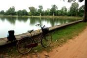 Uno de las decenas de Banteays (Represas) que hay diseminados a lo largo de Angkor. Su uso era múltiple (abastecimiento de agua para la población y la agricultura, defensivo, religioso...) y forman parte indisoluble del patrimonio paisajistico de Angkor.